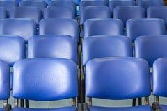 Cadeiras azuis vazias em uma sala de conferências imagem de stock royalty free