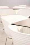 Cadeiras brancas com tabelas Foto de Stock Royalty Free