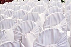 Cadeiras brancas do casamento Fotografia de Stock