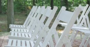 Cadeiras brancas do casamento Ao ar livre cerimónia de casamento Casamento estabelecido no jardim video estoque