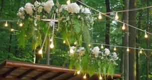 Cadeiras brancas do casamento com flores Ao ar livre cerimónia de casamento Casamento estabelecido no jardim video estoque