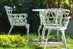 Cadeiras brancas do ferro Imagens de Stock
