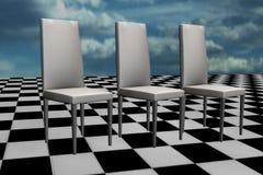Cadeiras brancas no assoalho da xadrez Fotos de Stock