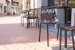 Cadeiras cinzeladas modernas com as árvores na rua Fotografia de Stock
