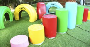 Cadeiras coloridas do pneu e cadeiras do cilindro no campo de jogos foto de stock royalty free