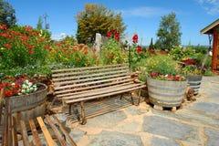 Cadeiras, cubetas e flores Foto de Stock
