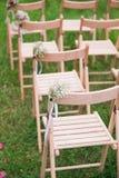 Cadeiras da madeira do casamento da recepção Imagem de Stock Royalty Free
