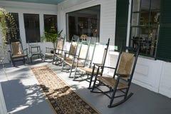 Cadeiras de balanço em um patamar exterior Fotos de Stock Royalty Free