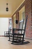 Cadeiras de balanço no pátio de entrada coberto em North Carolina Foto de Stock Royalty Free