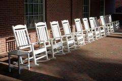 Cadeiras de balanço no pátio do tijolo foto de stock