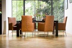 Cadeiras de Brown em uma sala de visitas moderna Fotos de Stock