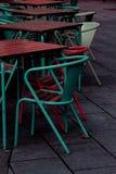 Cadeiras de cores azuis e vermelhas imagens de stock