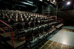 Cadeiras de couro pretas no teatro pequeno vazio foto de stock royalty free