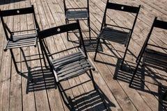 Cadeiras de dobradura na fase fotografia de stock