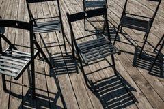 Cadeiras de dobradura na fase imagens de stock