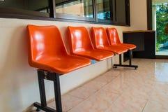 Cadeiras de espera alaranjadas Fotografia de Stock