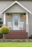 Cadeiras de Front Home Porch e de balanço fotografia de stock royalty free