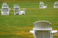 Cadeiras de gramado brancas que olham sobre Fotografia de Stock Royalty Free