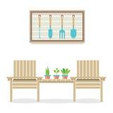 Cadeiras de jardim de madeira com conceito de jardinagem das plantas e das ferramentas Fotografia de Stock Royalty Free