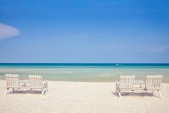 Cadeiras de madeira brancas na praia branca da areia Imagem de Stock Royalty Free
