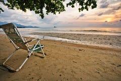 Cadeiras de madeira brancas na praia branca da areia Imagem de Stock