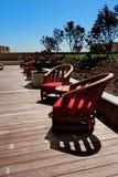 Cadeiras de madeira do pátio em uma plataforma Imagens de Stock