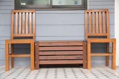 Cadeiras de madeira exteriores no terraço fotografia de stock royalty free