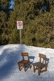 Cadeiras de madeira na neve Fotografia de Stock