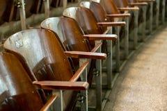 Cadeiras de madeira na sala de concertos fotografia de stock
