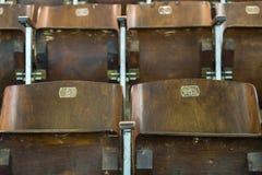 Cadeiras de madeira na sala de concertos imagem de stock royalty free