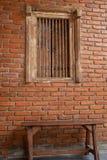 Cadeiras de madeira velhas nos corredores fotos de stock royalty free
