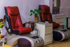 Cadeiras de massagem luxuosos, termas ou equipamento terapêutico, relaxamento e cuidados médicos imagens de stock