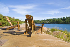 Cadeiras de Muskoka em uma rocha grande Fotografia de Stock