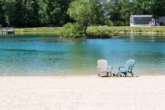 Cadeiras de Muskoka na praia Fotografia de Stock