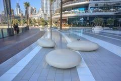Cadeiras de pedra modernas no parque da alameda de Dubai foto de stock