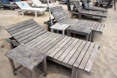 Cadeiras de plataforma da praia do recurso Imagem de Stock