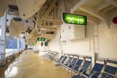 Cadeiras de plataforma de madeira do navio de cruzeiros Fotos de Stock