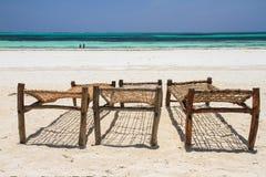 Cadeiras de plataforma de madeira na praia Foto de Stock Royalty Free