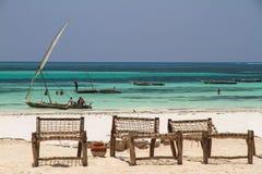 Cadeiras de plataforma de madeira na praia Fotos de Stock