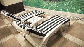 Cadeiras de plataforma do Poolside Foto de Stock