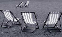 Cadeiras de plataforma em preto e branco foto de stock