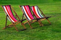 Cadeiras de plataforma em um parque Foto de Stock Royalty Free