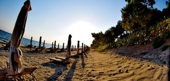 Cadeiras de plataforma em uma praia Fotos de Stock Royalty Free