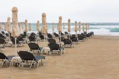 Cadeiras de plataforma na praia Imagens de Stock