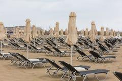 Cadeiras de plataforma na praia Foto de Stock