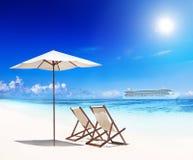 Cadeiras de plataforma na praia com vista do navio de cruzeiros foto de stock royalty free
