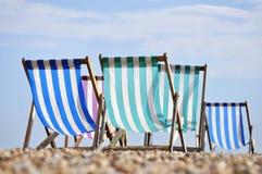 Cadeiras de plataforma na praia de Brigghton imagem de stock