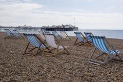 Cadeiras de plataforma na praia de Brigghton Imagens de Stock