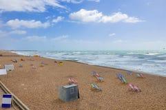 Cadeiras de plataforma na praia de Brigghton Fotos de Stock Royalty Free