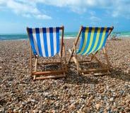 Cadeiras de plataforma na praia de Brigghton, Reino Unido Fotos de Stock Royalty Free